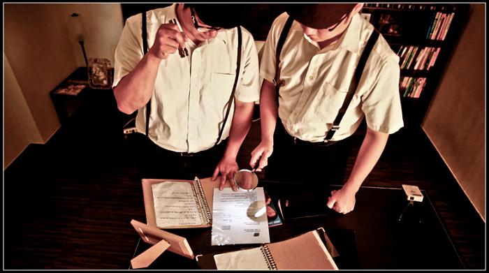 兩個男人在看檔案
