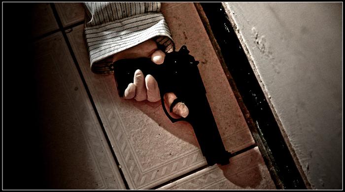 模特假人的手部特寫,握著槍
