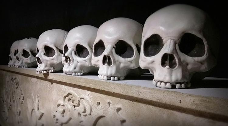 六個頭骨排列在一個台坐上