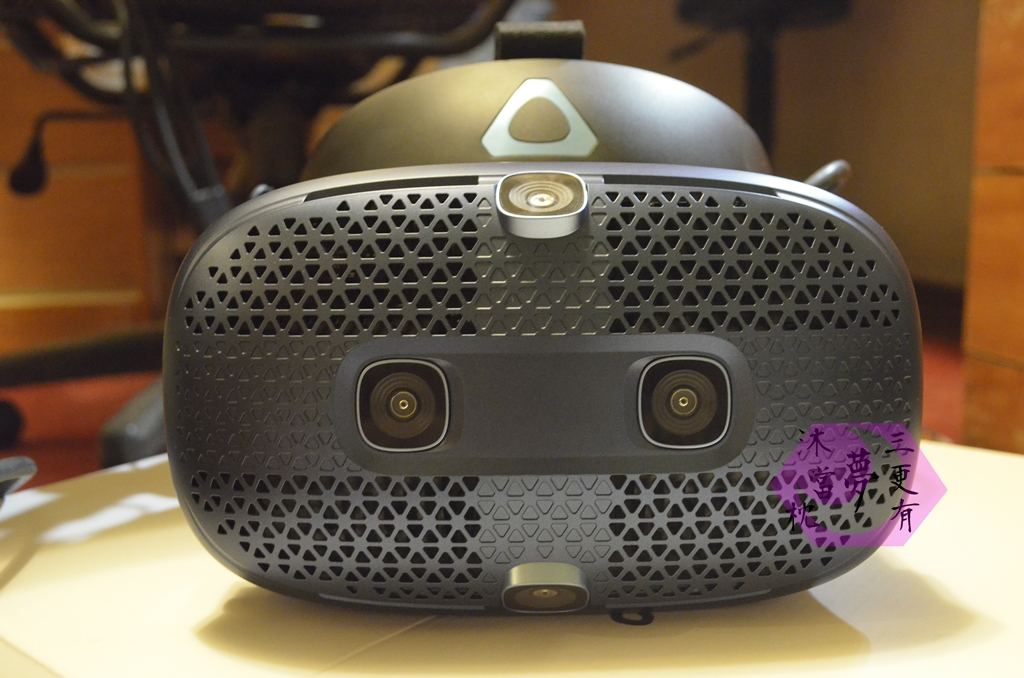 HTC VIVE COSMOS 正面
