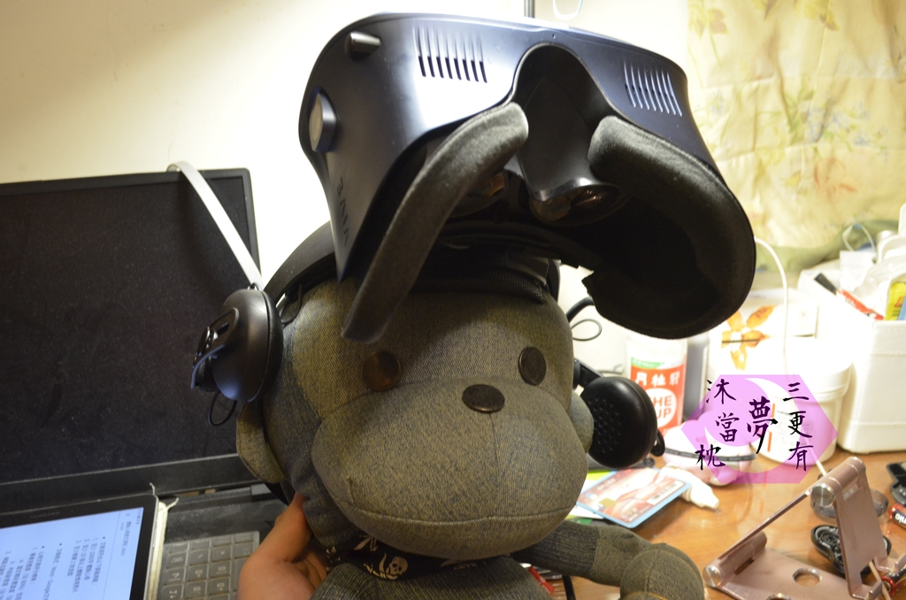 猴子布偶帶著HTC VIVE COSMOS頭盔